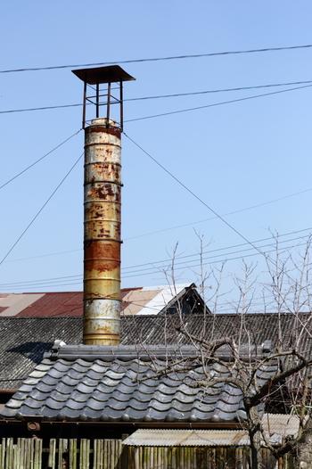 ここでは、現役で使われている窯元はもちろんのこと、今は廃炉となった登り窯址、煙突などがたくさんあります。