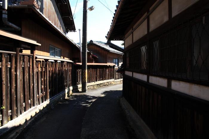 狭い入り組んだ急勾配の坂道を散策していると、古き良き陶芸の伝統文化が培われてきた町ならではの風情を楽しむことができます。
