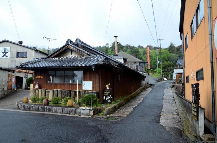 窯元散策路は、信楽駅から信楽焼の窯元が集中するエリアを結ぶ古い佇まいをした小路です。