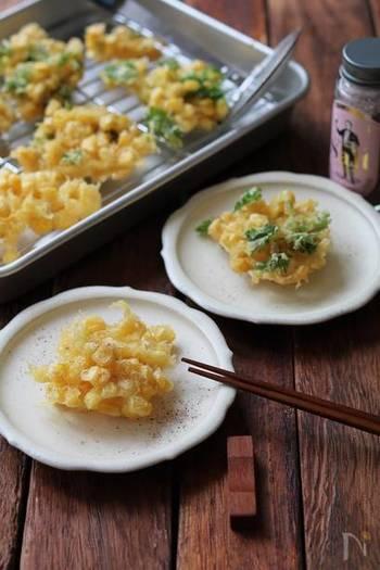 トウモロコシに小麦粉を振ってから天ぷら粉にひたすことで、油の飛び跳ねを防止する裏技レシピ。比較的水分が多めの食材には最初に粉をまぶしておくと跳ね防止になりますよ。