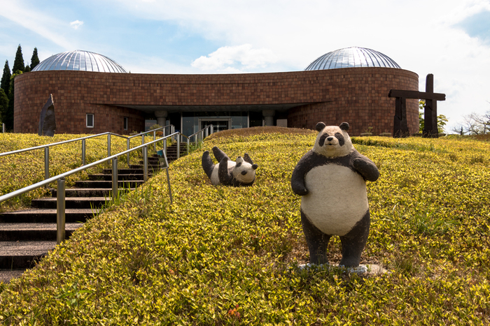 滋賀県立陶芸の森は、陶芸専門の美術館や、信楽焼の歴史を展示するコーナーなど、様々な文化施設が集まる複合型レジャー施設です。