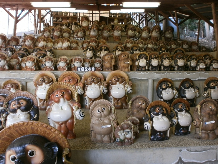 ここでは、信楽焼のシンボルでもある信楽たぬきのほか、たくさんの作品を蔵出し価格で購入することもできます。