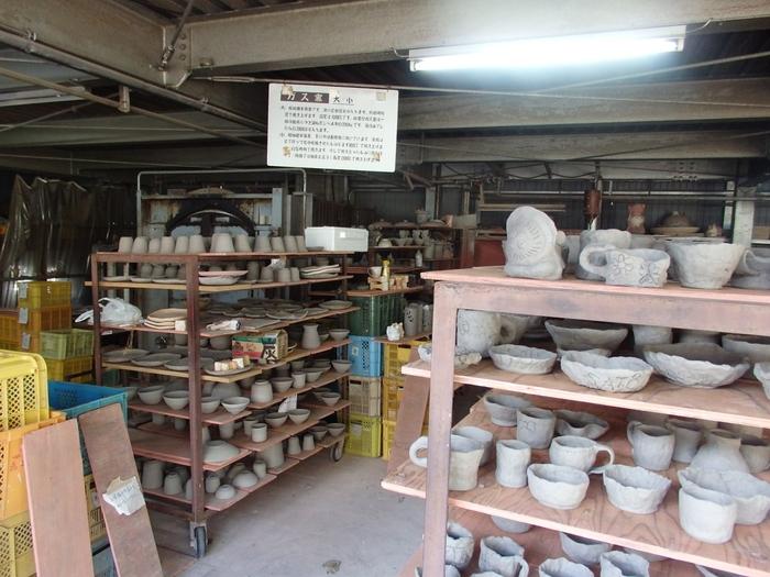 奥田忠左衛門窯・信楽陶芸村では陶芸教室が開催されており、マグカップやお茶碗、信楽たぬきの作成などの陶芸体験をすることができます。世界で一つだけのあなただけの信楽焼作品を作ってみてはいかがでしょうか。  【注意】陶芸体験は事前予約制となります。