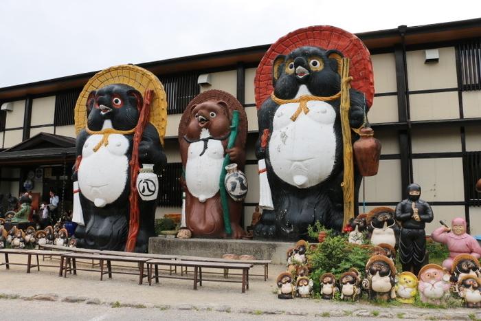 「日本一の大狸」が3匹並んでいる信楽陶苑たぬき村は、信楽焼販売、信楽特産品販売、陶芸教室、お食事処、カフェを併設している複合型テーマパークです。