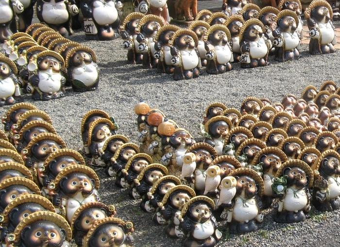 ここでは、約1万匹以上もの信楽たぬきが販売されています。仕草はもちろんのこと、表情もそれぞれ異なるたぬきがたくさん居るので、じっくりとたぬき達を観察してみるのも楽しいですよ。