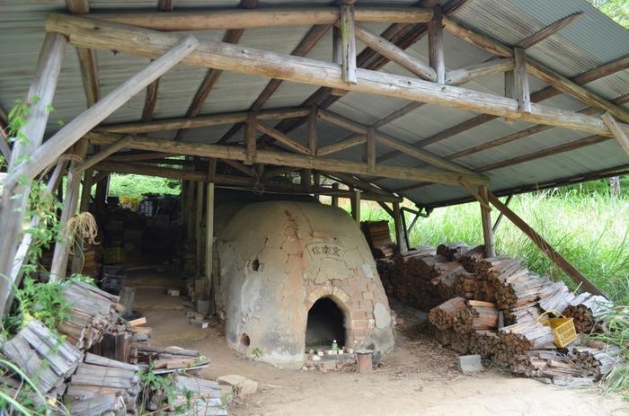 信楽陶苑たぬき村では、信楽焼の伝統的な窯である登り窯を見学することはできます。ガス窯や電気窯の普及により、現役の窯として使われている登り窯は少なくなっているなか、登り窯の見学ができるのは貴重な体験です。