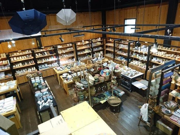 広々とした開放的な内部では、伝統的な信楽焼の陶器類のほか、可愛らしい信楽焼の雑貨がたくさん販売されています。