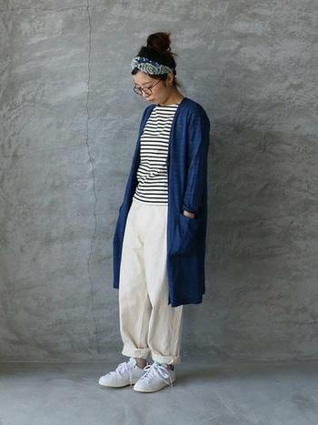 ボーダーTシャツにブルーのカーデを合わせた定番のマリンコーデに、柄物のターバンを合わせて印象的に。
