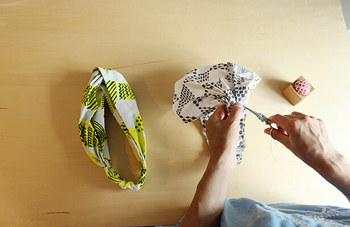 お気に入りの布で、ヘアバンドを手作りしてみるのもいいかも!50cm×50cmのカット布1枚でお手軽に作れるから、ソーイング初心者さんでも簡単に作れちゃいます。