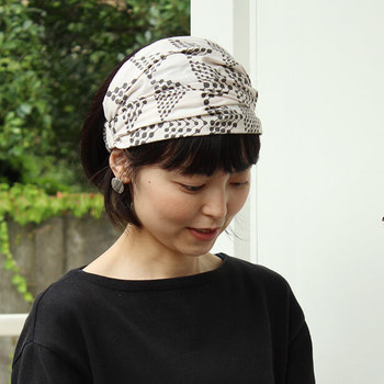 幅広タイプのヘアバンドなので、ターバン風で素敵!ゴムが付いているので、着脱もラクです。スカートやバッグとお揃いの布で作ってみるのもいいですね。