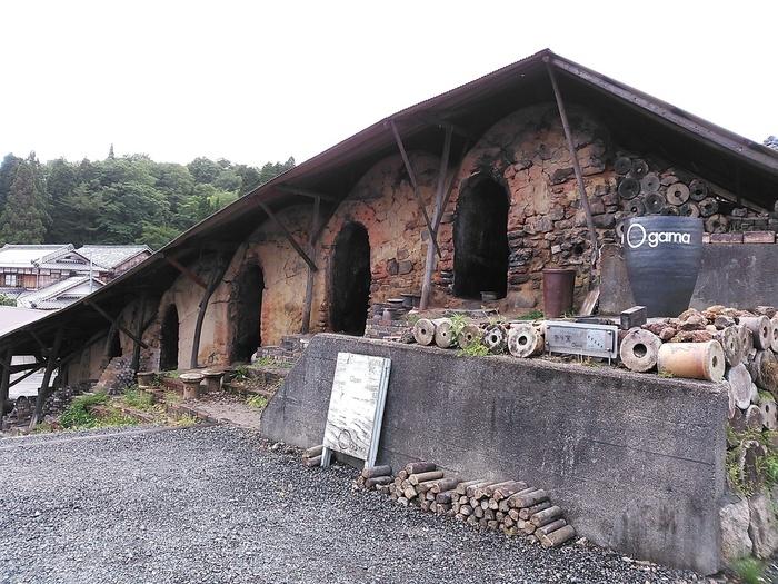 窯元散策路の坂道を登りきった場所にあるカフェOgamaは、役目を終えた登り窯と作業場をリノベーションしたカフェです。