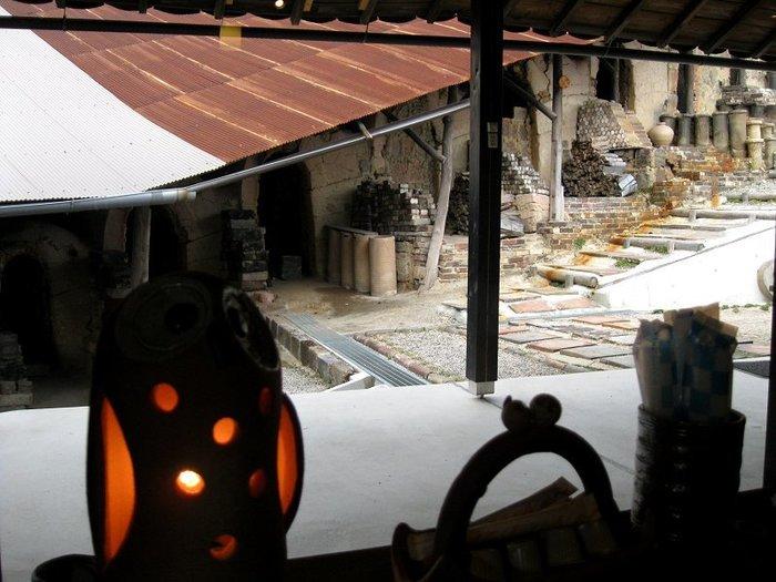 カフェとギャラリーが併設されているOgama店内からは、信楽焼窯元のシンボルとも言える、登り窯の景色を眺めながら、ゆったりとくつろぐことができます。