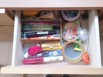 まずは、用途やデザイン、使う頻度などによって持ち物を分類します。今、自分の家に何がどれだけあるのか把握しながら、分類していきましょう。
