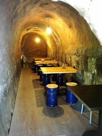 かつては、様々な陶器が焼成されていた登り窯内部は、現在、喫茶スペースとして生まれ変わっています。窯の内部は、夏は涼しく冬は暖かく、土のぬくもりたっぷりで落ち着いた居心地の良い空間となっています。