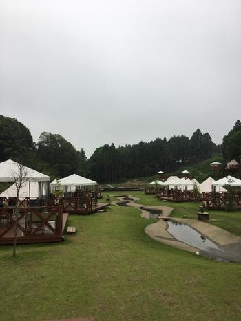 千葉県香取市に位置する緑豊かな「THE FARM」。その名の通り敷地内には農園やバーベキュースペース、コテージに温泉などの様々施設がある施設です。