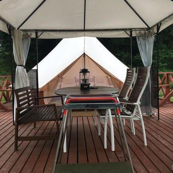 その中にあるグランピング施設は、自分たちでテントを立てる必要もなくたとえ天候が悪くても濡れることなく自然を感じながらバーベキューを楽しめます。隣とも距離があるのでプライバシーもしっかり守られます。