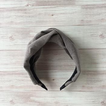 リネンのモカベージュの生地で作られた、ハンドメイドのクロスターバン型のカチューシャ。しわ加工されたリネン生地製で、頭に付けるだけでナチュラル感を演出してくれます。