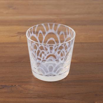 ガラスの中に柔らかく溶け込む模様は日本古来の紋様で、和柄でありながらどこか洋風の雰囲気もあるモダンな一品です。