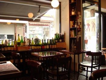 代々木八幡駅から徒歩5分ほどのところにある「ル・キャバレ」。ワイン好きの中では言わずと知れた名店の一つ。カフェのような落ち着いた雰囲気なので、女性にも親しみやすいですね。親身な接客を心掛けてくれるので、初心者の方には特におすすめしたいお店です。