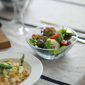 ほどよい大きさに適度な深さのボウルで、サラダやフルーツはもちろん、スープやシリアルなど、毎日の食卓で大活躍しそうです。