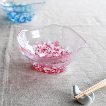 底面にグラデーション状に散りばめられた色ガラスは、光を当てるとテーブルに美しい影を落とします。普段使いしやすいサイズ感なので、食事からデザートまで幅広く活躍してくれる器です。
