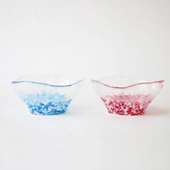 華やかさもありながら、どこか素朴な存在感のある「津軽びいどろ」の多様鉢ペアセット。津軽の美しい空をイメージした青の「そら」と、桜をイメージした赤の「さくら」のペアセットで、食卓を華やかに彩ります。