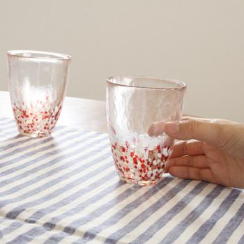 紅白のドットがぽつぽつと入り、青森の名産品・りんごをイメージさせるジューシーな色合いのタンブラーは、ひとつひとつが職人の手によるハンドメイドです。
