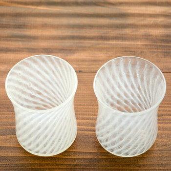 所々入っている気泡が手作りならではの温かさをプラスしています。暑い日にこんなグラスで飲み物を出されたら、気分から涼しくなれそうですね。