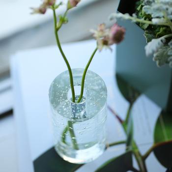 お花を何気なく挿しておくだけでかっこいい空間になる、オブジェのようなグラス。気泡が涼しげな雰囲気を演出してくれます。