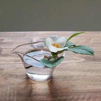 ひとつひとつ手作りで作られているガラスのピッチャー。ぽってりとした存在感で、底に厚みがあるので安定感に優れ、お花を飾っておくのにもちょうど良い感じ。