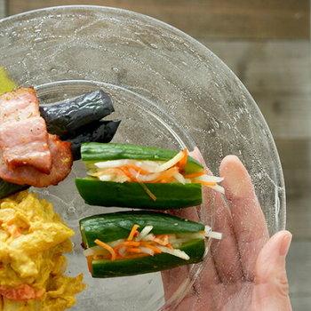 朝食用のプレートや夕食の取り分け用プレートとして使いやすい22センチサイズ。普段の食器をガラス製のものに変えるだけで、一気に夏らしさを演出できます。