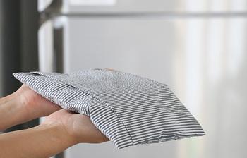 それでもあまりの暑さにもっとひんやりさせたい場合は、冷蔵庫で冷やせば、さらにひんやり感がアップします。また、塩まくらは小ぶりなので、いつもの枕と合わせて好みの高さにして使用できるのも◎。