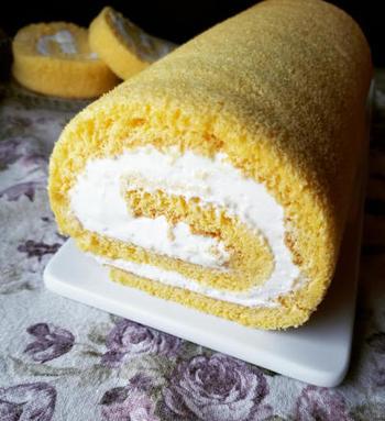 アレンジなしでも十分おいしいシンプルなロールケーキは、小麦粉の代わりに米粉を使用します。丁寧に作ったメレンゲと他の材料を、少しずつしっかり混ぜ合わせることがポイント。仕上がりは、ふわっふわの軽い食感!