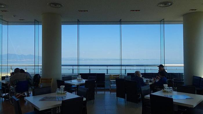 2Fにある「カフェテリア A-ZOO」は、店内の大きな窓から別府湾を一望できる絶好のロケーション。水族館内とは思えない開放感があり、のんびりとくつろげます。この他に気軽に楽しめるフードコートもありますよ!