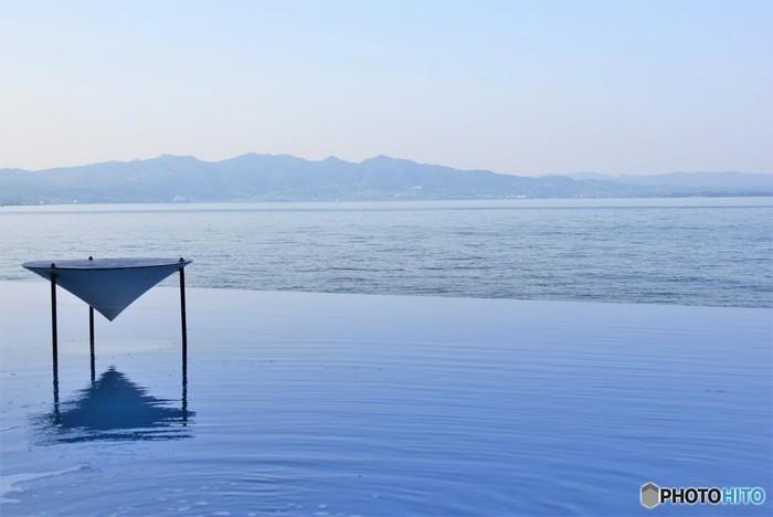 「タッチプール」は、海の生き物と触れ合うことができるとっておきの場所です。別府湾の風景を楽しみながら、魚たちとの距離を縮めてみませんか?