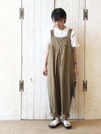 ラッフルカラーとは、襟のラインにフリルがついた襟の形。ラッフルカラーのブラウスと合わせれば、オーバーオールも女性らしく着こなせます。
