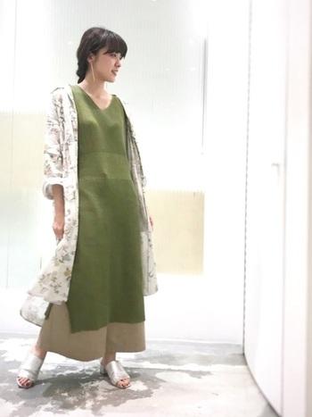 Vネックは首のラインがしっかりでるので、女性らしくきれいに着こなすことができます。重ね着をしても、Vネックならすっきりとバランスを取れますよ。