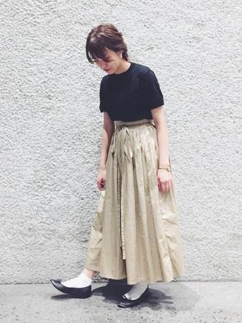 ベージュのスカートにパンプスを合わせれば、カジュアルだけど可愛らしいコーデになります。首の詰まったクルーネックは髪をまとめてすっきりさせるとバランスが取れますよ。