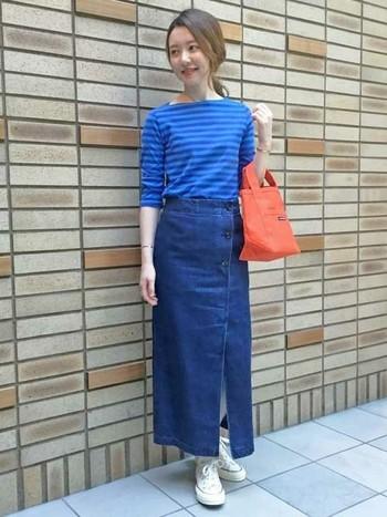 ボートネックのボーダーTにスリットの入ったタイトスカート合わせて女性らしいコーデに。コンバースでカジュアルさをプラスしてこなれ感を出して。