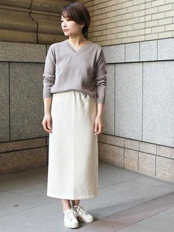 Vネックのニットにタイトスカートを合わせれば、オフィスにもぴったりのきれいめコーデになります。あえてスニーカーで外してこなれ感を出すのも◎。