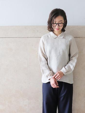 リネン100パーセントのシャツは着心地が良いだけでなく、見た目も上品に。小さめの襟がポイントになって、シンプルながらもかわいらしさが垣間見えます。