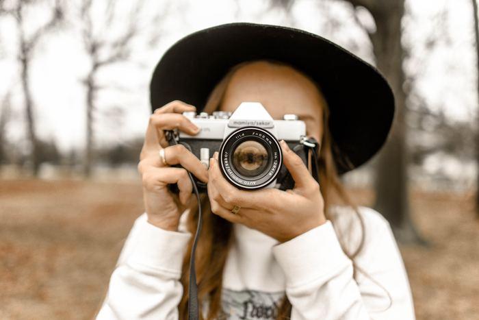 """一眼レフやミラーレスカメラ、さらに新しいスマホだと、いわゆる""""ボケ""""を出せる「絞り」機能がついています。よくわからなくて使ったことがないという方は、写真がぐっと素敵になるのでぜひ試してみてください。"""