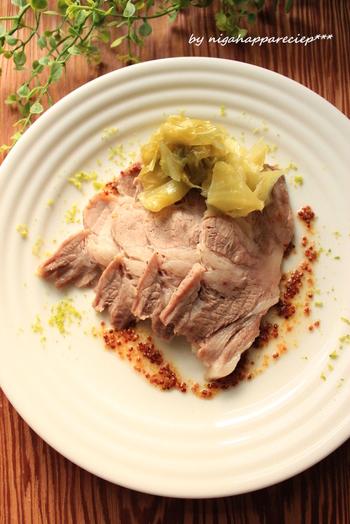 こちらは下味をつけた豚肩ロースをじっくり蒸した、優しいお味の料理。お鍋に敷いたキャベツも甘く美味しくいただけます。お肉は食べたいけれど、さっぱりいただきたい…という気分のときにおすすめです。