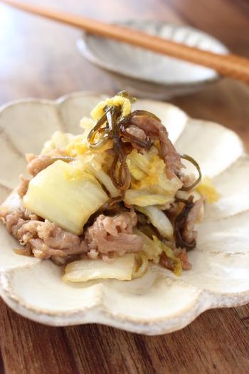 味つけにマンネリを感じてきたら、塩昆布の登場です!こちらのレシピではガーリックパウダーも入った、お酒のおつまみにも合いそうなレシピ。白菜を早く炒めたい場合は、芯の部分を薄切りにしてくださいね。