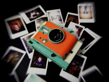 その場で写真を現像できてとっても便利なポラロイドカメラのチェ気写真だけを使ったアルバム作りも楽しいもの。印刷する手間もなく、何も考えずただ並べて貼っていくだけで、オシャレなアルバムが完成します! こだわり派の方は、時間とコストはかかりますが、フィルム写真で統一したアルバムを作ってもいいですね♪