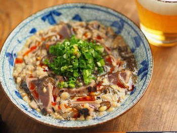 かつおのたたき、納豆、もずく酢を和えたおつまみにぴったりなレシピ。ポン酢やもずく酢のさっぱりとした酸味と、ラー油やにんにくのパンチが絶妙です。