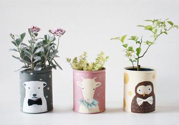 コーヒー缶に塗料を塗ってイラストを描いたら、マルチポットに変身。動物たちの表情にほっこり癒されます。植物のプランターやペン立てにぴったり。