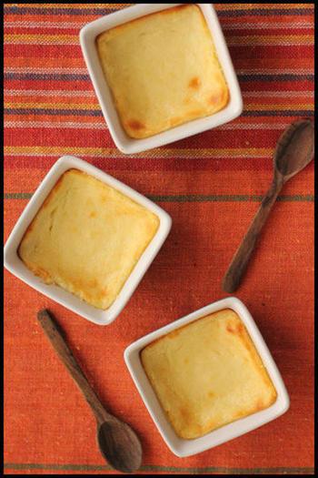 まるでチーズのような食感になると話題の水切りヨーグルト。クリームチーズ代わりに使えば、気軽にチーズケーキを焼けますよ。一晩しっかりと水切りするのが美味しく作る秘訣です!