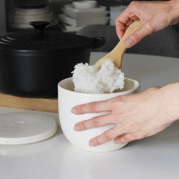 こちらのおひつは陶器でできています。陶器のおひつの最大のメリットは、そのままレンジで使えること!吸湿性の高い陶器を使っているので、ご飯が乾燥することもべちゃべちゃになってしまうこともありません。