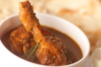 骨付きチキンを使ってじっくり煮込んだカレーは、本格的な味わい。ナツメグは、ひき肉料理以外にも、さまざまな肉料理に使われます。